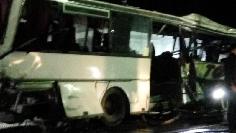 U Indiji 18 poginulih nakon što se kamion zabio u autobus