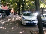 U Nišu policijski auto parkiran na trotoaru uz stazu za slepe