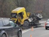 U Ovčar Banji se prevrnuo kamion koji je prevozio živi kreč: Vozač teško povređen FOTO