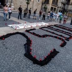 U ŠPANIJI POČINJE NAJDUŽI PERIOD ŽALOSTI: Građani odaju počast žrtvama korona virusa u narednih 10 dana