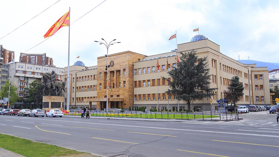 U Skoplju zapaljena zastava EU zbog albanskog jezika