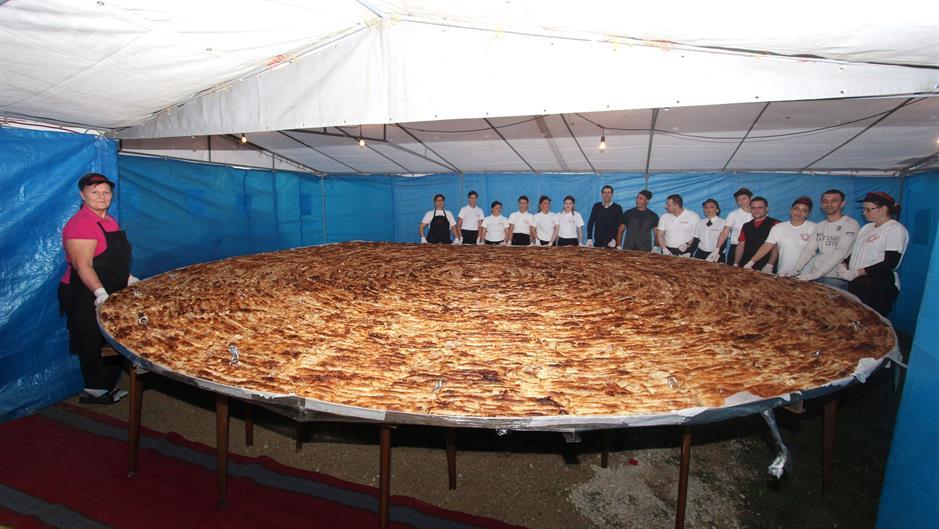 U Tuzli napravljen burek od 650 kg i porcija s 1.500 ćevapa