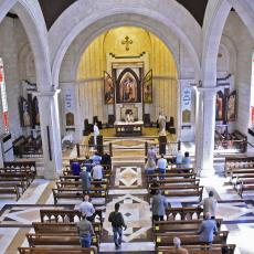 U drevnoj hrišćanskoj zemlji vernike PRSKAJU DEZINFEKCIONIM SREDSTVOM pre nego što uđu u crkvu (FOTO)