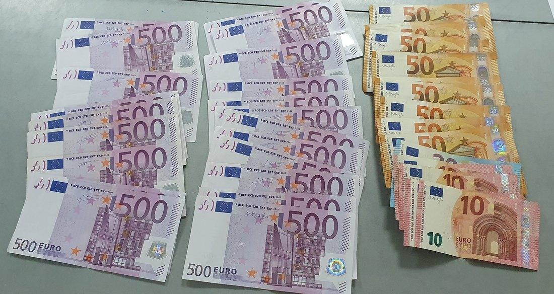 U dve muške čarape stalo 30.000 evra