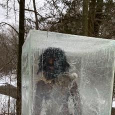 U parku se pojavila JEZIVA figura u kocki leda i preplašila ljude - misterija je ubrzo rešena! (FOTO)