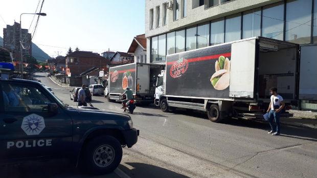 U severnu Mitrovicu stigli kamioni s juga, nude robu na prodaju