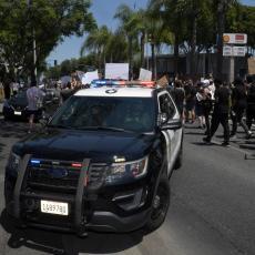 UBISTVO PROTESTANTA ZAPALILO SAD: Policajac ispalio PET METAKA u mladića koji je KLEČAO PRED NJIM