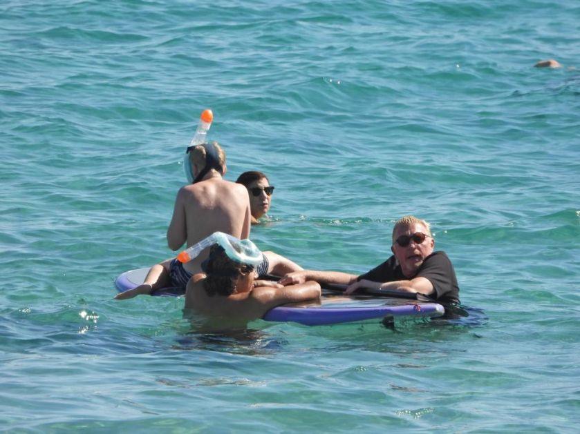 UDAVI SE ČOVEK! Bivšeg nemačkog tenisera zgodna devojka bacila u vodu! Boris Beker jedva izašao na suvo POGLEDAJTE DRAMU