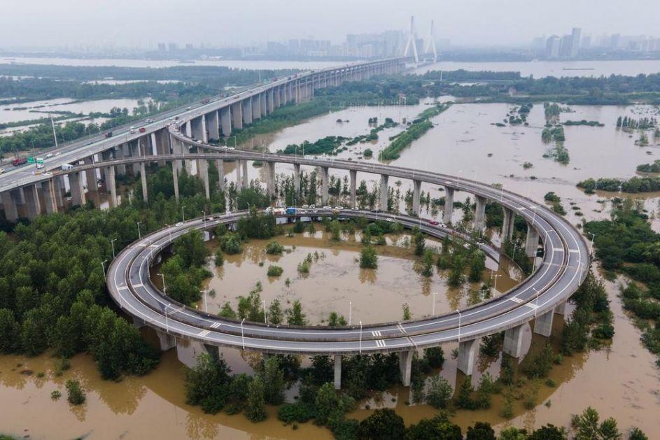 UGROŽENO 38 MILIONA LUDI, VUHAN POD VODOM: Reka Jnagce nosi sve pred sobom, već stradalo 140 ljudi u poplavama (FOTO)