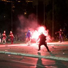 UHAPŠEN OSUMNJIČENI ZA NAPAD NOŽEM ISPRED SKUPŠTINE: Dva puta ubo u nogu drugog demonstranta!