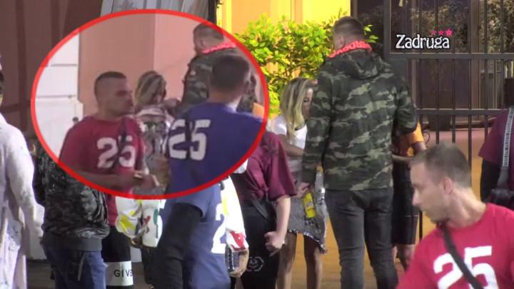 UHVAĆEN NA DELU! Janjuš ubedio Draganu i Natašu da mu pokažu BUJNE GRUDI, a onda je počeo da UZDIŠE od uzbuđenja! (VIDEO)