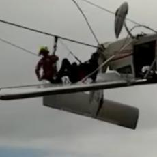 ULETEO U KABLOVE ŽIČARE: Avion se zaglavio i ostao da visi! (VIDEO)