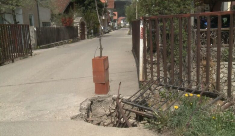 UMALO IZBJEGNUTA TRAGEDIJA U TUTINU: Dječak upao biciklom u rupu na mostu (Video)