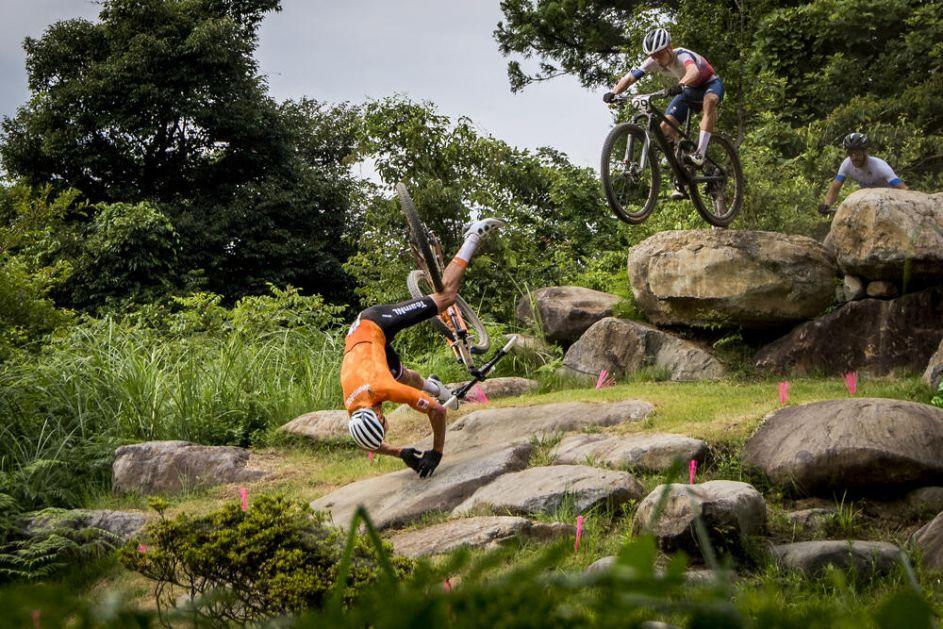 UMESTO NA POSTOLJU, ZAVRŠIO U BOLNICI Strašan pad na glavu holandskog bicikliste! VIDEO