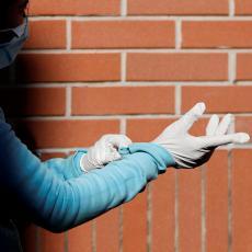 USLUGA DRUŠTVU? Cveta ulična prodaja zaštitne opreme, maske i rukavice vade iz gepeka BMW-a! Zarađuju 500 evra dnevno