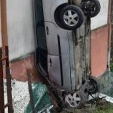 USPRAVIO GA UZ KUĆU KAO BADNJAK! Vozač iz Umčara pomislio da je u Hari Poter filmu, pa pokušao da prođe kroz peron? (FOTO)