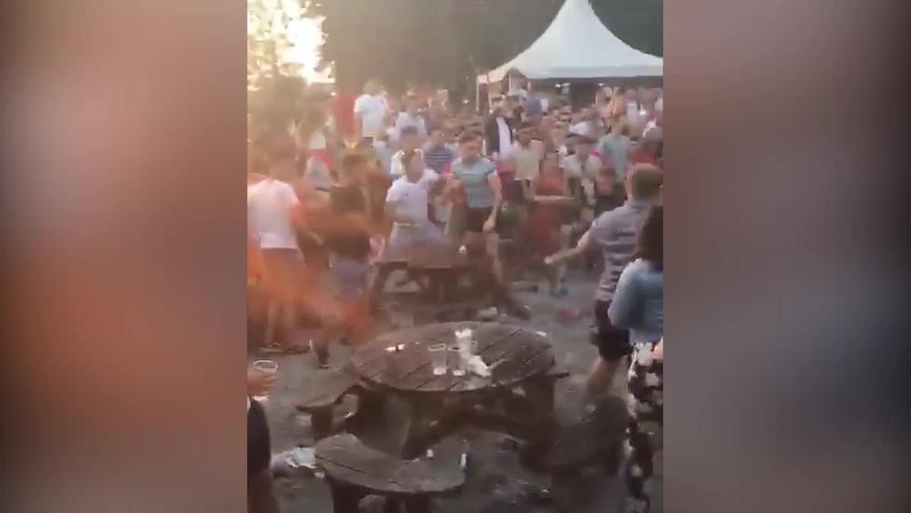 UŽAS! BRUTALNA TUČA U MOSKVI: Opšta makljaža navijača Engleske posle poraza od Hrvata (UZNEMIRUJUĆI VIDEO)