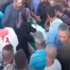 UŽAS NA GROBLJU! Muškarac oživeo na sahrani, počeo da se trza, ljudi VRIŠTALI (VIDEO)