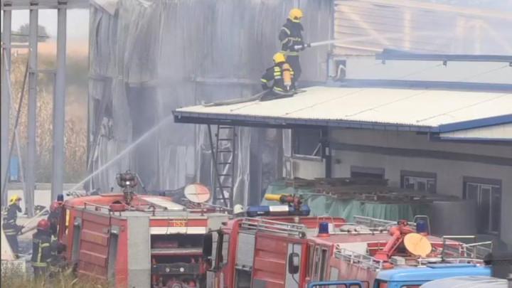 UŽAS NA LICU MESTA - Požar uveliko bukti u Surčinu, VATRA GUTA FABRIKU TOALET PAPIRA - Najmanje četvoro povređenih, vatrogasci na terenu! (FOTO)