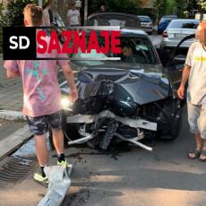 UŽAS NA NOVOM BEOGRADU: Vozač se zakucao u parkirani motor, izašao UPLAKAN i molio prisutne da ne zovu policiju (FOTO)