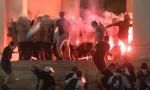 (UŽIVO) HULIGANI OPET DIVLjAJU U BEOGRADU: Demonstranti napadaju policiju kamenicama, gori ispred Skupštine (VIDEO)
