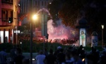 (UŽIVO) Nemiri na ulicama Beograda: Zapaljeni kontejneri na Bulevaru,  demonstranti se POTUKLI, bacaju SUZAVAC NA POLICIJU (VIDEO)