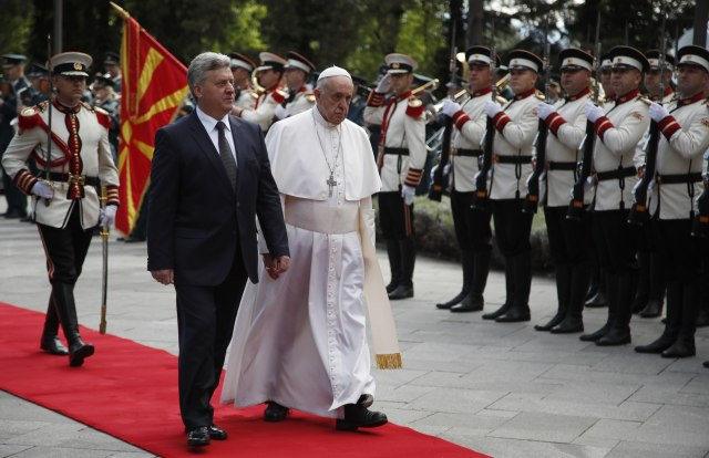 UŽIVO: Papa Franja stigao u Skoplje, dočekan sa hlebom i solju VIDEO