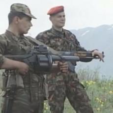 (UZNEMIRUJUĆ VIDEO) Isplivao jeziv snimak pripadnika OVK dok stoje na telima ubijenih srpskih vojnika na Košarama