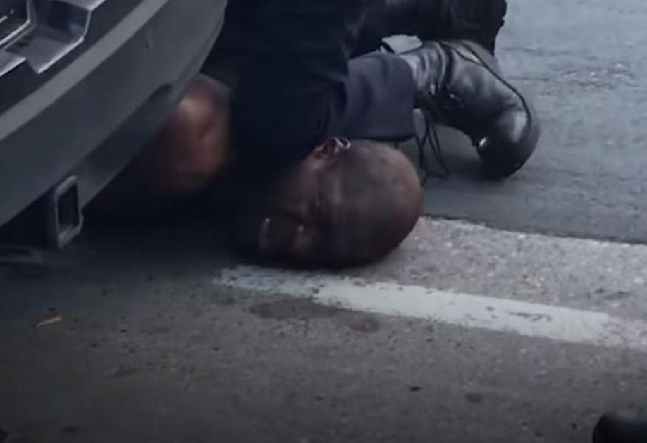 (UZNEMIRUJUĆE) POLICAJAC KRVNIČKI LEŽAO NA VRATU AFROAMERIKANCA: Muškarac umro, a besni građani izašli na ulice