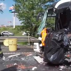 (UZNEMIRUJUĆE) STRAVIČAN VIDEO SA MESTA NESREĆE: Vozač autobusa poginuo, 16 SRBA povređeno!