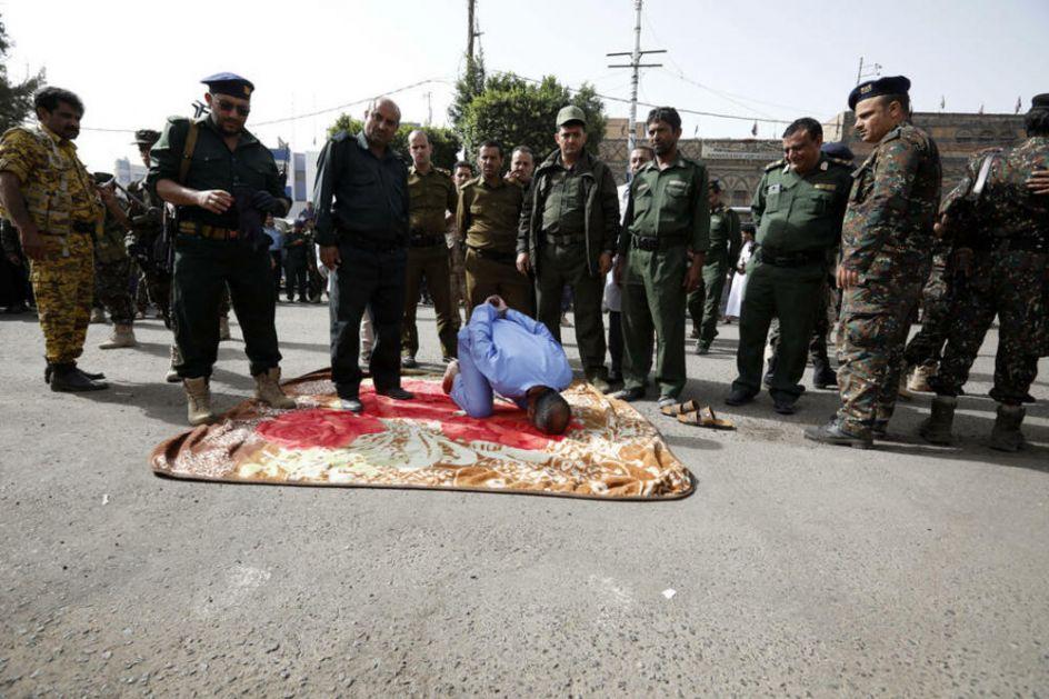 UZNEMIRUJUĆE Tri muškarca pogubljena u prestonici Jemena, osuđeni za NAJTEŽA KRIVIČNA DELA! Gledaoci sve snimali telefonima FOTO