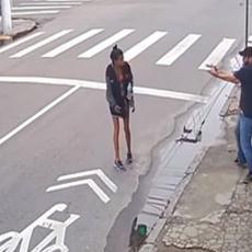 UZNEMIRUJUĆI SNIMAK: Beskućnica tražila od prolaznika novac, on je hladnokrvno UPUCAO! (VIDEO)
