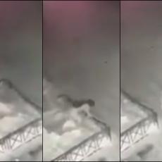 UZNEMIRUJUĆI SNIMAK IZ RUSIJE: Scena kao iz horor filma, devojčica (6) pala sa zgrade, ustala i odšetala! (VIDEO)