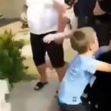 (UZNEMIRUJUĆI SNIMCI) POTRESNE SCENE IZ PODGORICE: Policija u Crnoj Gori hapsi oca, deca vrište i brane ga svim silama (VIDEO)