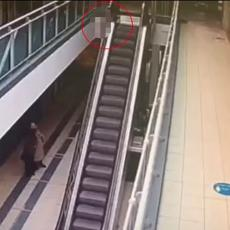 (UZNEMIRUJUĆI VIDEO) Dečak (4) pao sa pokretnih stepenica pri velikoj visini, zadobio najstrašnije povrede