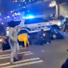 (UZNEMIRUJUĆI VIDEO) JEZIVE SCENE NA ULICAMA VAŠINGTONA: Policijski džip uleteo u masu, ima povređenih