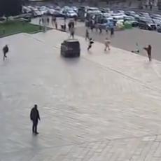 (UZNEMIRUJUĆI VIDEO) KOLIMA ULETEO MEĐU PEŠAKE! Pokosio sve pred sobom, ima poginulih!