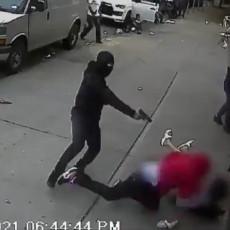(UZNEMIRUJUĆI VIDEO) Pokušali da ubiju čoveka - žrtva pala preko DECE: uprkos tome otvorena vatra