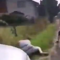(UZNEMIRUJUĆI VIDEO) Pukom srećom preživela: Čovek nasrnuo na ženu METALNOM PALICOM
