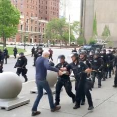 (UZNEMIRUJUĆI VIDEO) REPRESIJA POLICIJE NE PRESTAJE: Oborili demonstranta na zemlju, krenula mu je KRV IZ GLAVE