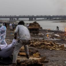 (UZNEMIRUJUĆI VIDEO) ŠOK PRIZNANJE INDIJSKIH VLASTI: Tela preminulih od korone plutaju rekama, praksa vodi državu u potpunu propast