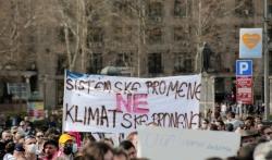 Učesnici Ekološkog ustanka u protestnoj šetnji ka Vladi Srbije