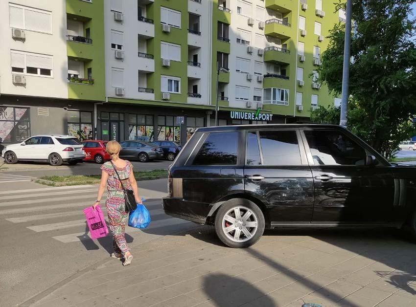 Ugledni novosadski biznismen parkira ili na pešačkom prelazu ili na mestu za invalide