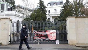 Uhapšeni Česi koji su išarali rusku ambasadu kečapom