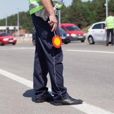 Umesto KAZNE, policija im podelila VAUČERE da zamene pregorele sijalice na automobilu