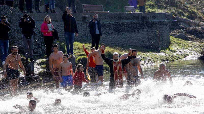 Uprkos zabrani masovnih skupova, vjernici u Crnoj Gori plivali na Bogojavljenje