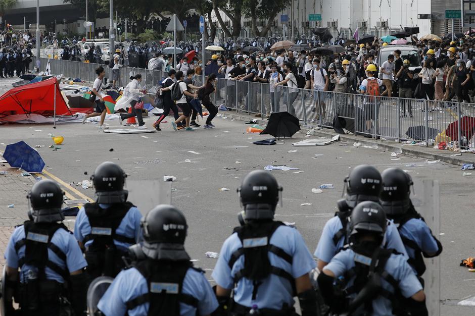 Uspeo protest u Hongkongu: Vlast odustaje od izručenja
