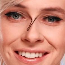 Uzela je UKOSNICU i stavila je na NOS - ovaj trik za šminkanje će ti DRASTIČNO uštedeti vreme! (VIDEO)