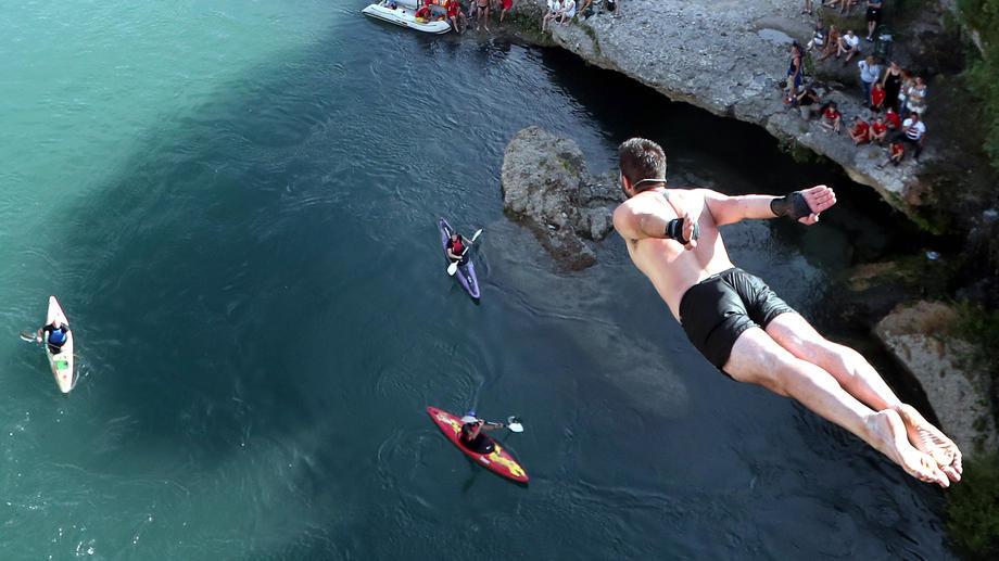 Užičanin pobednik u skokovima na glavu sa Starog mosta u Mostaru