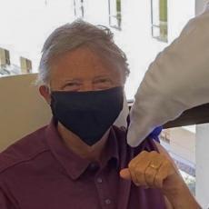 VAKCINISAO SE BIL GEJTS! Osnivač Majkrosofta otkrio kako se oseća posle prve doze (FOTO)